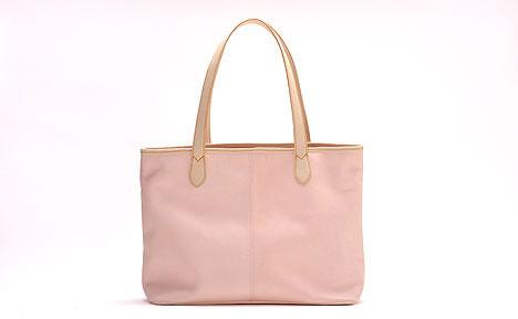 試作モデル。桜の花びらで染めたレザーバッグ